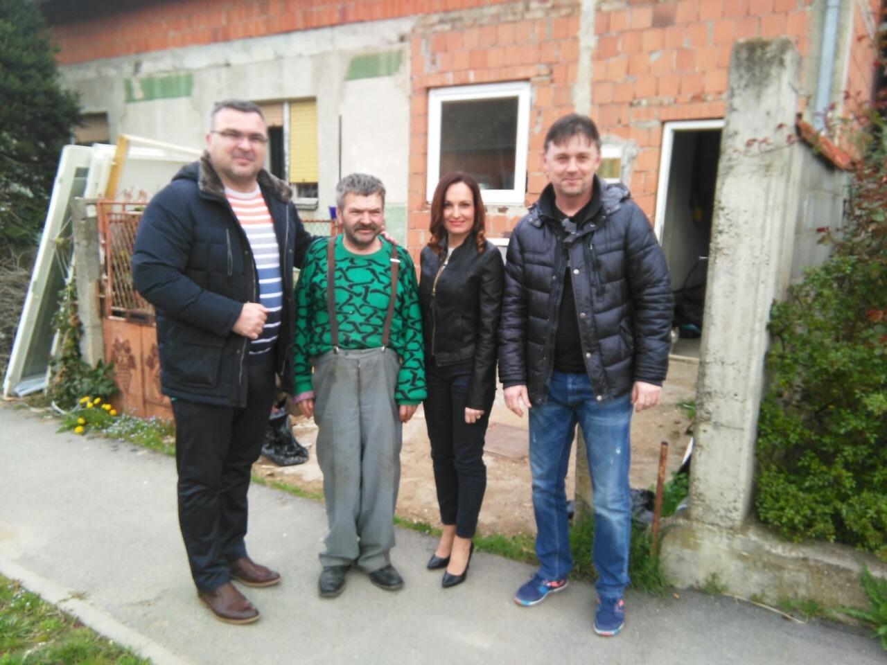 <p>Općinski ogranak HSLS-a je povodom nadolazećih uskršnjih blagdana posjetio i darovao pojedince i obitelji u Čepinu koje su u potrebi.</p>
