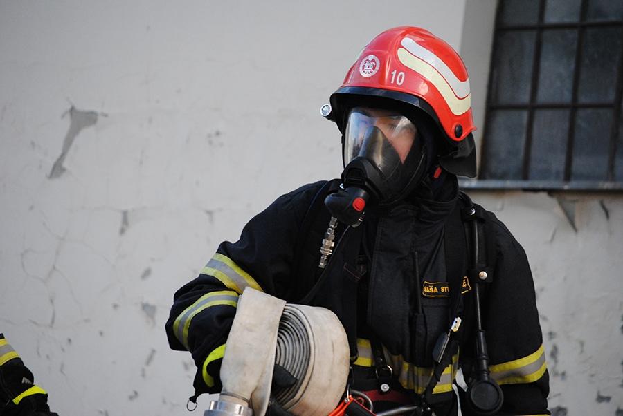 <p>Sukladno sve većim potrebama, veličinom područja koje pokrivaju a i najviše količinom intervencija koje odrađuju pojavila se evidentna potreba za osnivanjem profesionalne vatrogasne postrojbe u Čepinu.</p>