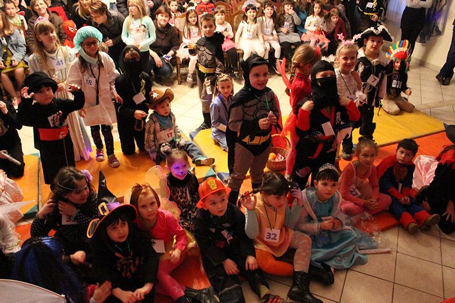 <p>U Hrvatskom domu je održan još jedan zabavan, urnebesan maskenbal u Čepinu. Deseci maštovitih i zanimljivih maski, klaun Bubi, mađioničar Saša Gerber i odlična glazba bio je pravi način za izvrsnu zabavu pod maskama.</p>