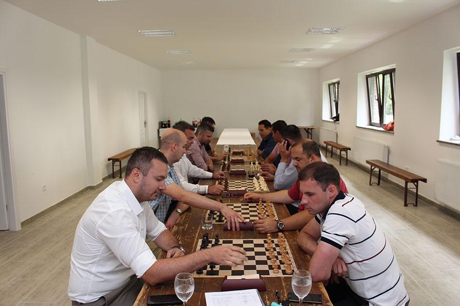 <p>Šahovski klub Čepin zahvaljuje svim sudionicima humanitarnog šahovskog turnira održan 10. lipnja 2016.godine, povodom otvorenja Lovačkog doma u Čepinu. Prikupljena sredstva od kotizacije u iznosu od 1.200,00 kn, podijeliti (hrana i dr. potrepštine ) će se socijalno ugroženim obiteljima i udrugama koje djeluju i rade na području Općine Čepin.</p>