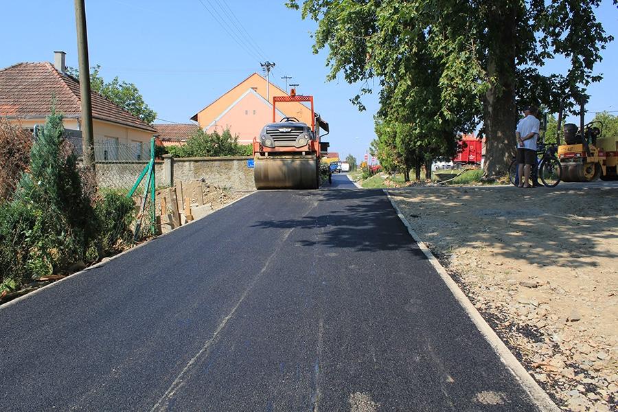 <p>Danas je započelo asfaltiranje biciklističko-pješačke staze od centra čepina prema Livani. Napravljena je staza širine 2,8 metara te dužine 2200 metara, radovi su započeli 08.05. a završetak se očekuje u naredna dva tjedna.</p>