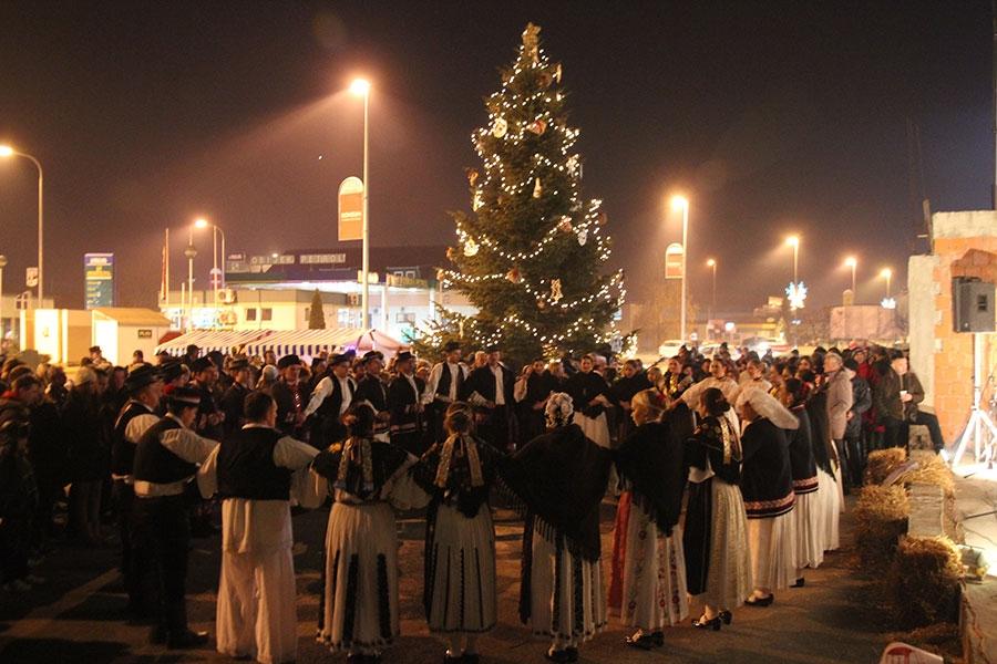 <p>Vrijeme darivanja se bliži. Civilne udruge i Općina Čepin daruju svoj Čepin drugim Božićnim sajmom. Pozivamo sve sumještane da nam se pridruže 19. i 20 prosinca 2014. god. , na parkiralištu u Ulici kralja Zvonimira 2.</p>