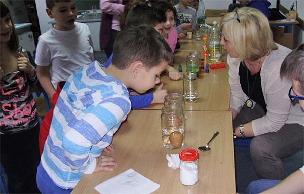 """<p>Školu Miroslava Krleže posjetila su djeca predškolske skupine Dječjeg vrtića Zvončić. U vrtiću su započeli s provedbom projekta """"Voda"""", a zatim su došli u školu vidjeti zanimljive pokuse o vodi koje su za njih pripremili učenici osmog razreda s učiteljicom fizike Sunčicom Peroković.</p>"""