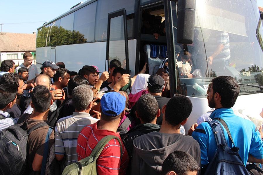 <p>Na izvanrednoj press konferenciji za medije u 12,00 sati, načelnik općine Čepin sa svojim suradnicima je medijima pojasnio kako ne može više čekati reakciju države te da će se pobrinuti za izbjeglice i imigrante u Čepinu.</p>
