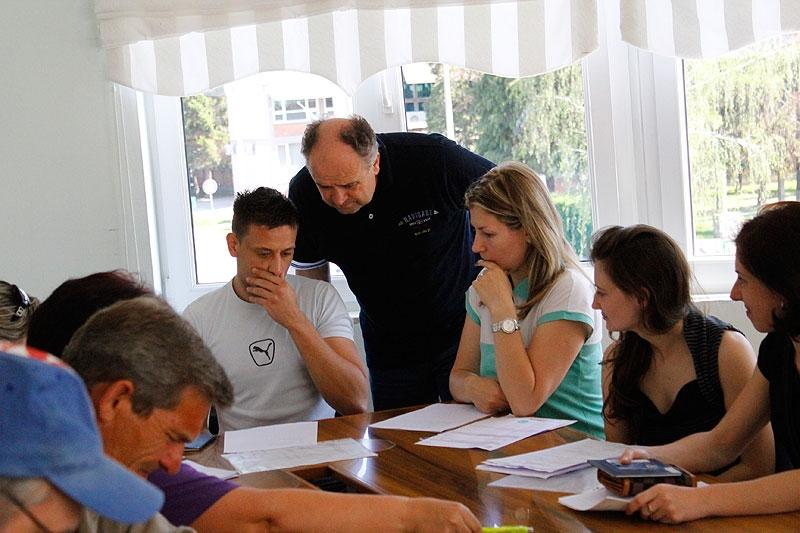 <p>U petak 11.05.2012., u općini Čepin održan je sastanak s <strong>18 osoba</strong> izabranih za projekt javnih radova koji će se obavljati na području općine Čepin. Ciljana skupina su dugo nezaposlene osobe bez obzira na životnu dob, obrazovanje i prethodno radno iskustvo uz uvjet da su najmanje 1 godinu u evidenciji nezaposlenih osoba (svih 18 su nezaposleni duže od 3. Godine).</p>