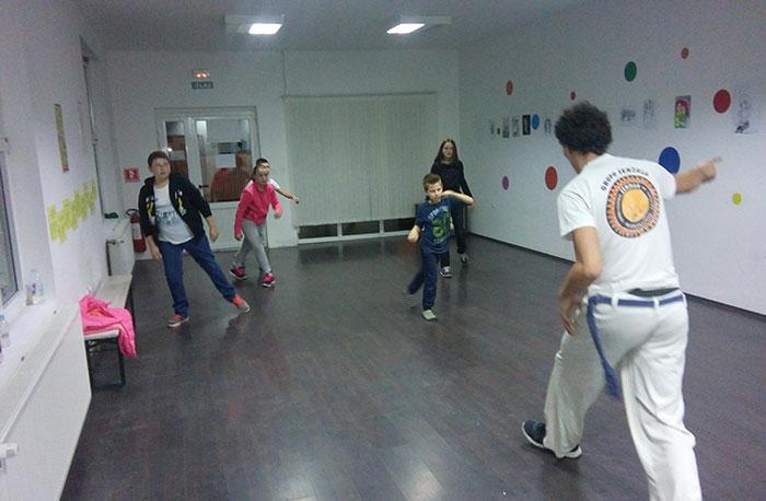 <p>Centar za djecu i mlade Pozitivni i sretni Čepin vas poziva srijedom i petkom od 19 sati na trening Capoeire zanimljive brazilske vještine koja objedinjuje vježbe istezanja i snage, gimnastičke figure i ples u jednu savršenu kombinaciju.</p>