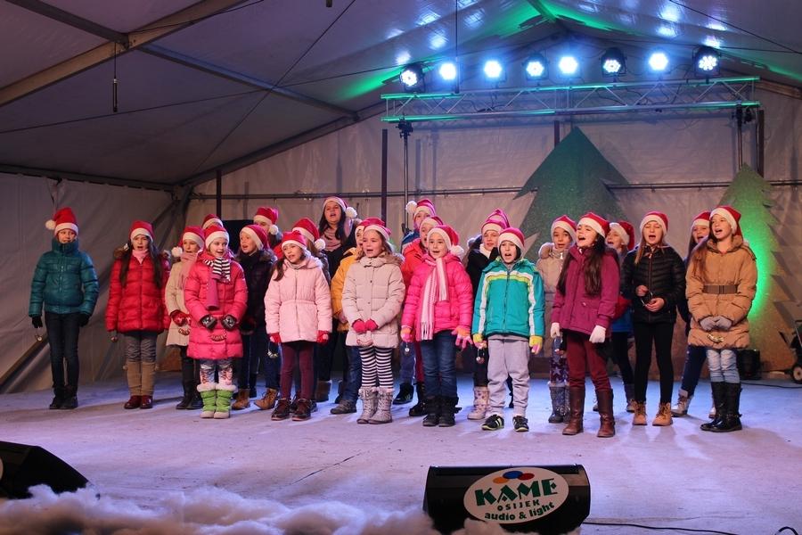 <p>Završio je još jedan, četvrti po redu Božićni sajam u Čepinu. Bogatiji i veći no ikada, veseliji ali i hladniji nego prošlih godina.</p>