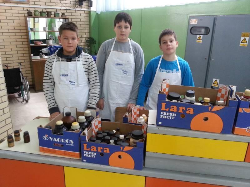 <p>U OŠ Vladimir Nazor u Čepinu organiziran je odvoz starih kemikalija. Kao eko škola Vladimir Nazor radi na razvoju ekološke svijesti svojih učenika koji kroz razne oblike rada shvaćaju važnost pravilnog odlaganja i skladištenja otpada.</p>