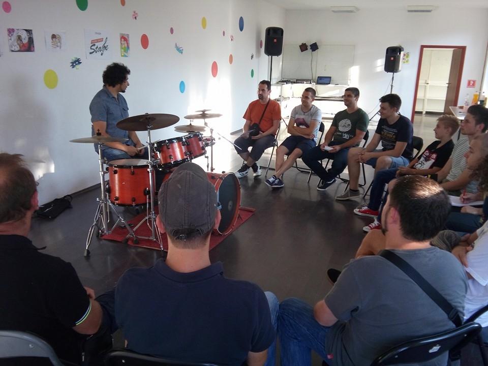 <p><span>Bubnjarska klinika 'Bubnjarski solo 2.dio' 2.svibnja 2017. s početkom u 19 sati, u prostoru Centra za djecu i mlade Pozitivni i sretni u Čepinu, Kralja Zvonimira 89a, već 4. put okuplja bubnjare na usavršavanju svojih glazbenih vještina.</span></p>