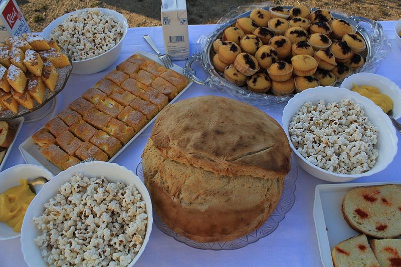 <p>Kud Čepinski Martinci i ove godine već tradicionalno organizira <strong>Kukuruzijadu</strong>, manifestacija je to koja uz folklorne nastupe nudi i bogatu gastro ponudu. Uz proje, kuhani i pečeni kukuruz, kokice, kukuruzne kruhove, razne kolače ponudit ćemo i domaći grah s kobasicom, šarana u rašljama…</p>