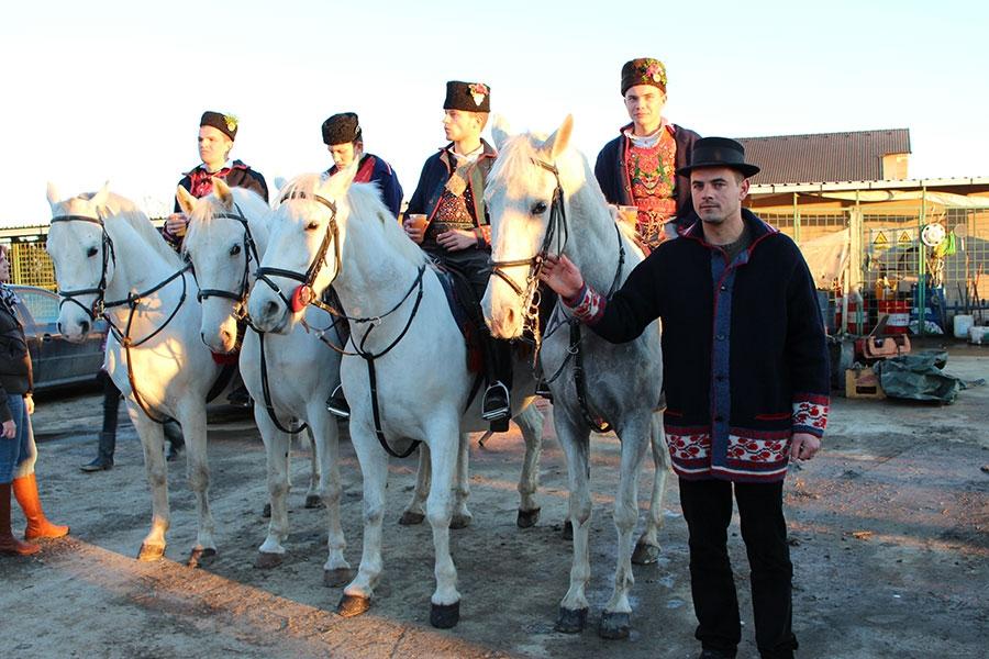 <p>XVI POKLADNO JAHANJE u Čepinu, postala je tradicionalna manifestacija koja se već 16 godina održava u našem selu. Jahanje je održavano po svim vremenskim uvjetima što pokazuje veliku ljubav prema običaju i održavanju ove tradicije u Čepinu.</p>
