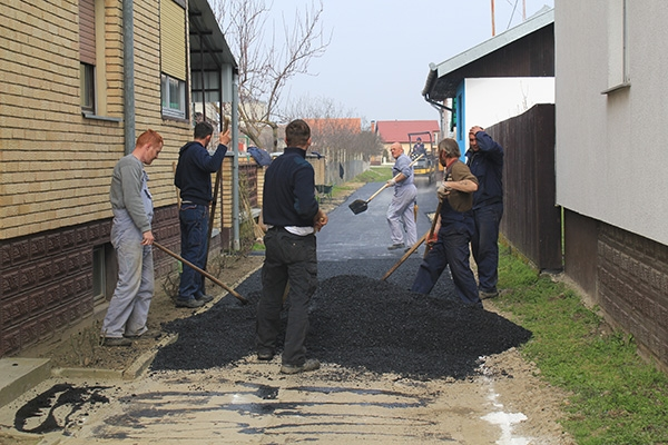 <p>Prošli tjedan je započela sanacija cesta u Čepinu i to prioritetno one najkritičnije gdje su bile udarne rupe. Ovakva sanacija se radi svake godine nakon zimskog perioda, a radi lošeg vremena druga faza sanacije će se raditi kada prođu vremenske neprilike.</p>