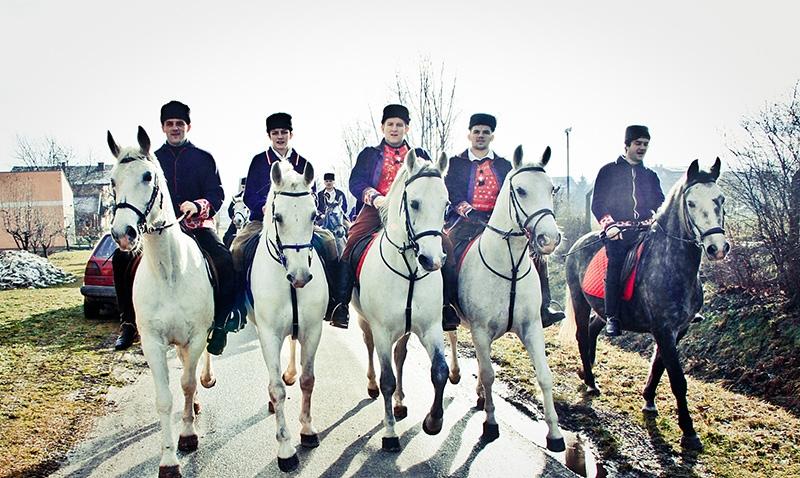 <p>Kraj siječnja i početak veljače vrijeme je u kojem se održavaju tradicionalna pokladna jahanja diljem Slavonije. Toj tradiciji vjerni su i u Čepinu gdje su članovi konjogojske udruge i njihovi prijatelji konjogojci u nedjleju projahali čepinskim ulicama jedanaestu godinu zaredom.</p>