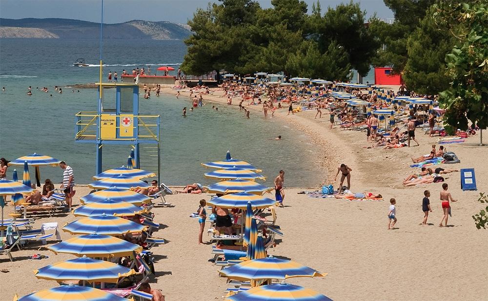 <p>Malo koji grad na Jadranu se može pohvaliti 120-godišnjom tradicijom u turizmu. Upravo Crikvenica radi vrhunskog geoprometnog položaja te specifičnih klimatskih i ekoloških uvjeta predstavlja jednu od najstarijih turističkih destinacija na ovom području Jadrana. Više od 100 godina zdrastvenoga turizma (1906. godine Crikvenica je proglašena zdravstvenim ljetovalištem) osigurao je Crikvenici gotovo jedank broj turista bilo da se radi o ljeti ili zimi.</p>