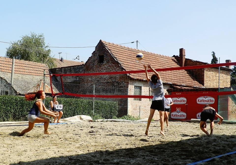 <p>U petak 28.8.2015 s početkom u 14,00 sati održan je turnir odbojke na pijesku u Čepinu. Na turniru su sudjelovali muško-ženski parovi 1997. godišta i mlađi, a parova je bilo 13.</p>