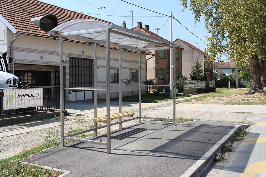 <p>Na inicijativu općinske uprave Čepin, a u suradnji s policijom i Županijskom upravom za ceste pristupilo se rješavanju jednog od gorućih problema; zakonitog i sigurnog prometovanja autobusa na području općine Čepin. Izrađen je elaborat koji uređuje navedenu problematiku, te se zajednički krenulo u realizaciju.</p>