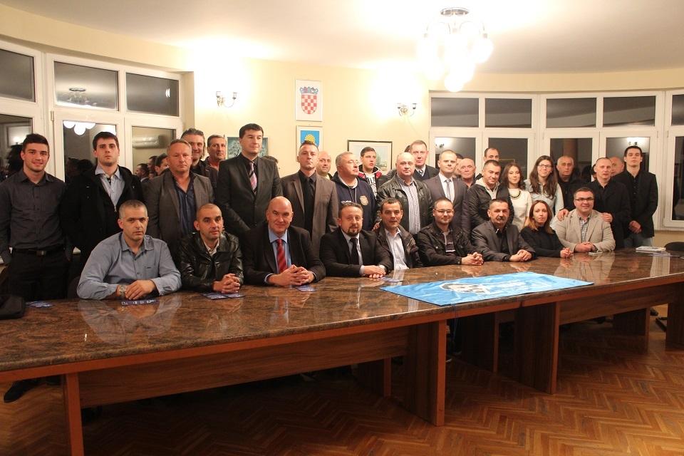<p>Zadnji Zbor stranačke Podružnice prije povijesnih parlamentarnih izbora i veličanstvene pobjede HSP AS i Domoljubne koalicije održan je u pravaškoj utvrdi u Čepinu u Osječko-baranjskoj županiji. Dana 31.10.2015. s početkom u 17,00 sati u Općinskoj vijećnici u Čepinu održan je Zbor te su jednoglasno izabrana sva Statutom predviđena tijela.</p>