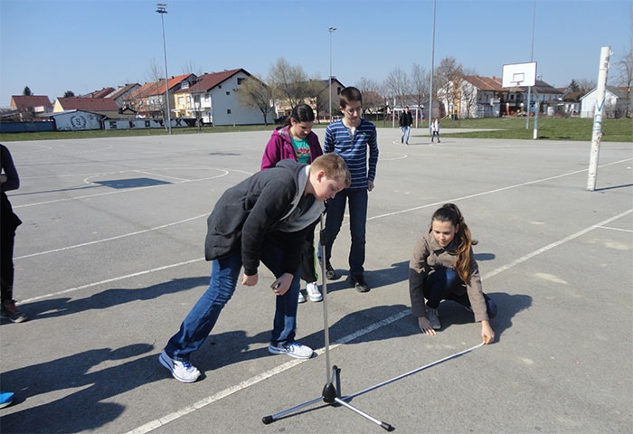 <p>Nacionalni koordinator ISE projekta, dana 19. ožujka2015. u školama u Europi, a 20. ožujka 2015. u školama diljem svijeta, provodi Eratostenov eksperiment, globalni eksperiment u kojem se mjeri opseg Zemlje po meridijanu, kada sunčeve zrake padaju na ekvator pod pravim kutom, a za koji je potreban samo štap i sunčeva sjena.</p>