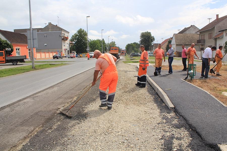 <p>Nakon prpremnih radova pristupilo se postavljanju asfalta na novoizgrađenim i rekonstruiranim autobusnim peronima i ugibalištima na području cijele Općine Čepin. Ovim projektom obuhvaćeno je i uređeno 5 ugibališta te 16 zaustavnih perona.</p>