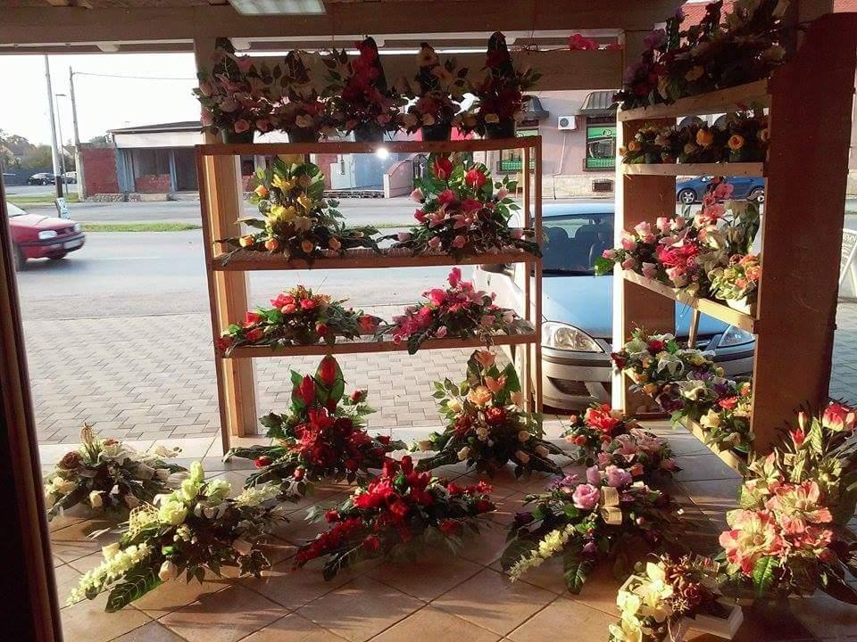 <p>U Osječkoj ulici na broju 4. nalazi se cvjećarnica Aurelija (prije benzinske crpke s lijeve strane). Bogata ponuda cvjećarnice vam nudi cvjetne dekoracije za vjenčanja, vjenčane bukete, revere za mladoženju, djeveruše i ostale uzvanike.</p>