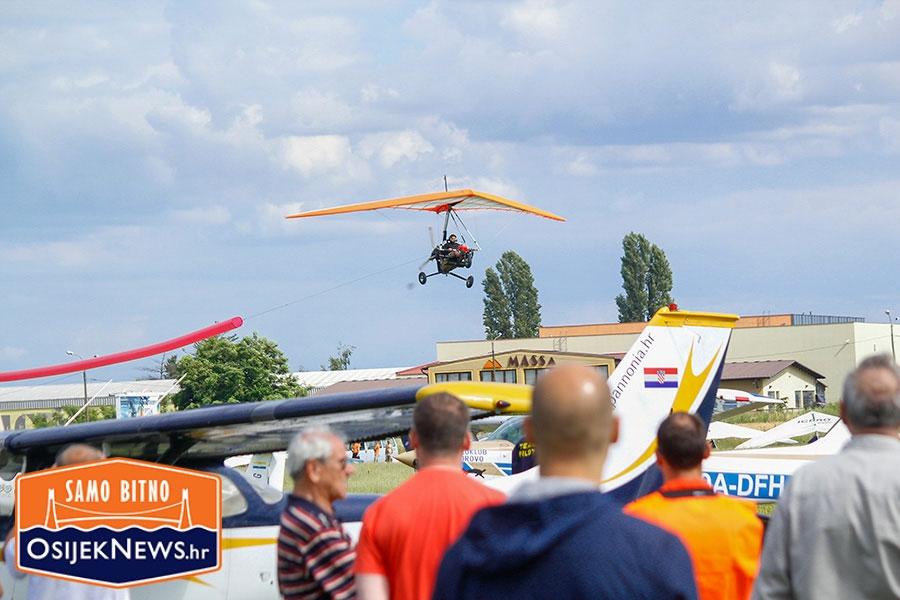 <p>Aeroklub Osijek i ovog lipnja 20.06., od 11:00 – 19:00 sati organizirazrakoplovni spektakl. Osijek Air Show zrakoplovna je priredba osmišljena u svrhu promocije zrakoplovstva i zrakoplovno tehničke kulture a zamišljena je kao cjelodnevno druženje na aerodromu, Neletački dio započinje u 11.00 sati ujutro, a u istome će posjetitelji moći vidjeti:</p>