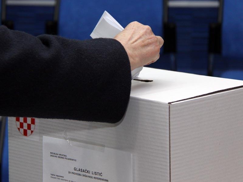 <p>Danas u 7 sati otvoreno je više od 6000 birališta u Hrvatskoj. Građani su na referendumu, trećem od samostalnosti Hrvatske, odlučili hoće li u Ustav ući odredba po kojoj je brak životna zajednica žene i muškarca. Birališta su zatvorena u 19 sati, a prvi nepotpuni rezultati objavljeni su u 20 sati.</p>