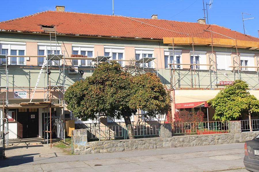<p>Temeljem javne nabave posao na sanaciji krovišta dobila je tvrtka Beljan d.o.o. iz Đakova, Vrijednost ugovorenih radova je 203.585,00 kn s PDV-om. Centar za kulturu Čepin natjecao se za sredstva Ministarstva kulture RH u 2013. godini za uređenje i opremanje prostora Knjižnice.</p>