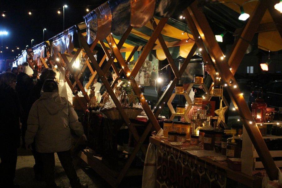 <p>I drugi dan Božićnog sajma u Čepinu je završio. Uz nastupe udruge 'Pozitivni i sretni', odličan nasup našeg KUD-a Ivan Kapistran Adamović i odličnu gastro ponudu gdje se moglo pronaći za svakoga ponešto završio je još jedan Božićni sajam u Čepinu.</p>