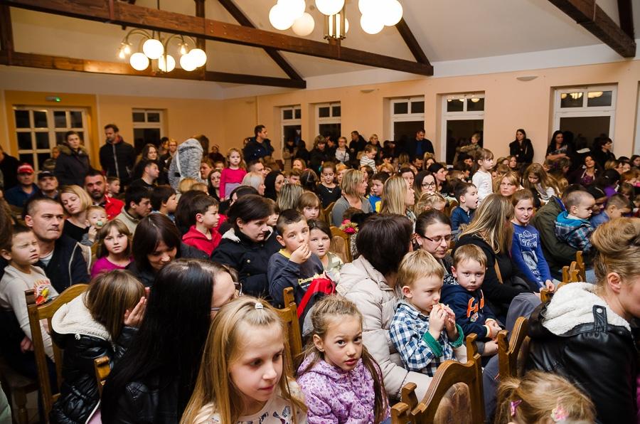 <p>Hrvatsko srce, Općinska organizacija žena HSS Čepin organizirala je 10. humanitarnu akciju 'HRVATSKO SRCE DARUJE ZA SVETOG NIKOLU'. U sklopu akcije održala se predstava za djecu u prepunom Hrvatskom domu u Čepinu, s početkom u 18,00 sati. Predstavu Pinokio izvela je Kazališna družina Ivana Brlić-Mažuranić iz Slavonskog Broda.</p>