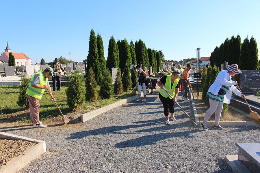 <p>Općina Čepin objavila je javni natječaj u kojem se traži 27 radnika u sklopu programa javnih radova. Cilj mjere je uključiti nezaposlene osobe u program aktivacije na poslovima društveno korisnog rada.</p>