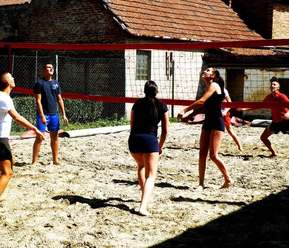 <p>U petak, 28.8.2015. u 14 sati u Čepinu(ulica K. Tomislava 1) održat će se drugi po redu čepinski muško-ženski turnir odbojke na pijesku. Na turniru će sudjelovati svi zainteresirani rođeni 1997. godine i mlađi.</p>