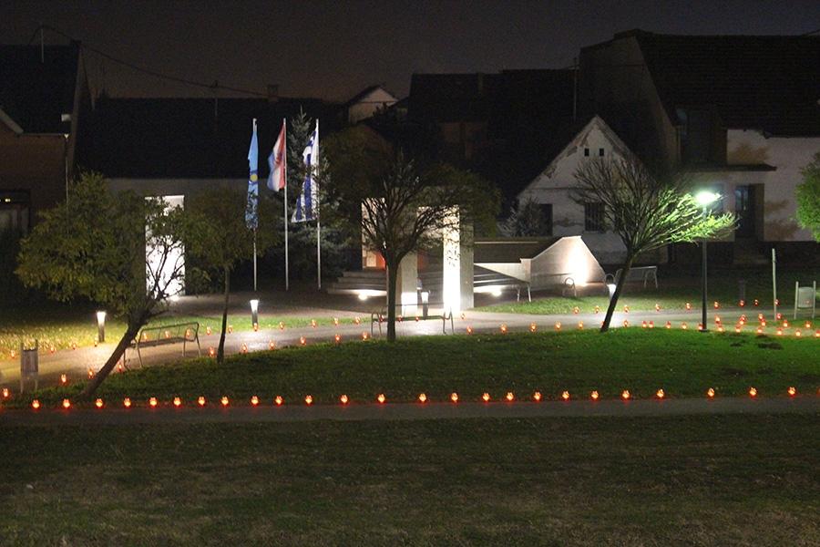 """<p><span style='color: #666666; font-size: 13.92px; font-weight: bold;'>Općina Čepin je tradicionalno obilježila Dan sjećanja na žrtvu Vukovara programom """"I u mom gradu Vukovar svijetli"""" u petak, 18. studenog u Parku hrvatskih branitelja u Čepinu.</span></p>"""