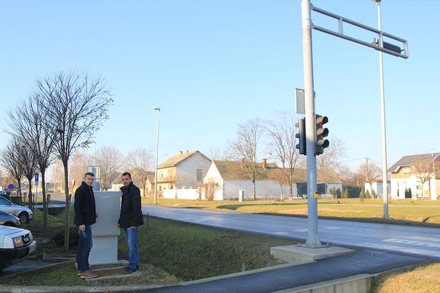 <p>Raskrižje ulica Kralja Zvonimira, Ulice grada Vukovara i Ulice Bana Jelačića bilo je jedno od kritičnijih točaka prometovanja u Čepinu. Dugo je vremena proteklo da bi se napokon na najsigurniji način regulirao promet i osigurala sigurnost učenika obližnje osnovne škole Miroslava Krleže.</p>