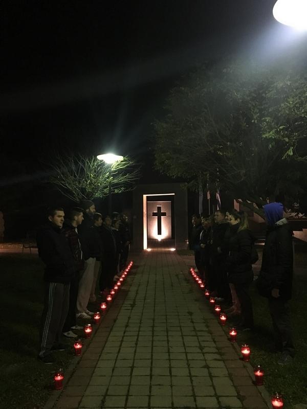 <p>Obilježavanjem Dana sjećanja na žrtvu Vukovara mislimo na sve one koji su se borili u okupiranom Gradu i trudili se spasiti ga. Ovom malom gestom Društvo želi pokazati zahvalnost svima onima koji su učinili sve kako bi zaštitili našu Domovinu od neprijatelja te su se nesebično davali za Nju dok je grad bio okupiran i koji su svoje živote nesebično podmetnuli kako bi spasili svoju državu.</p>