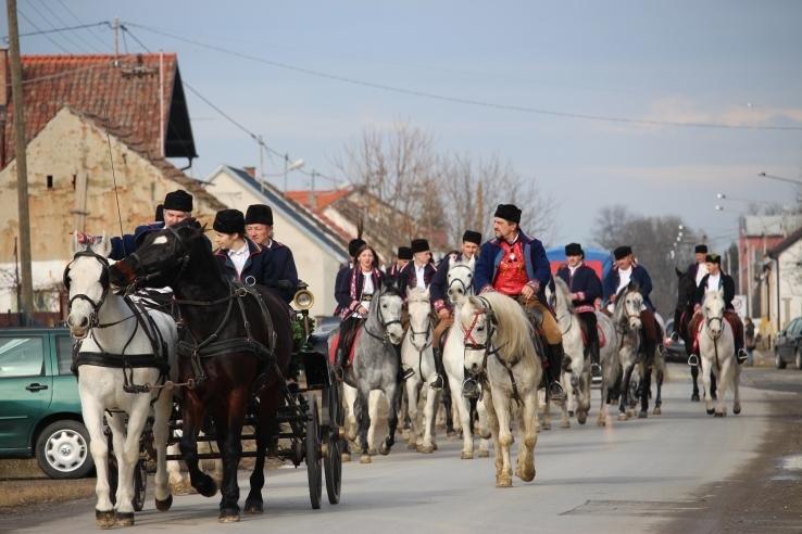 <p>Već tradicionalno 17.-u godinu za redom Konjogojska Udruga 'Čepin' organizira manifestaciju pokladnog jahanja u Čepinu. Manifestacija će se održati 27.01.2018.godine.</p>