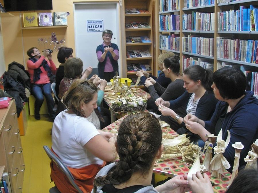 <p><strong>U utorak, 11. veljače 2014. godine, u 18 sati</strong> našu je knjižnicu ispunila nova kreativna energija: održana je <strong>radionica izrade lutaka i dekorativnih predmeta od šuške</strong>.</p>