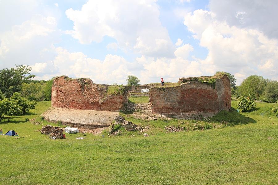 <p>Općina Čepin vlasnik je<strong> srednjovjekovne utvrde Korođ (Zidine)</strong>, a temeljem Zakona o zaštiti i očuvanju kulturnih dobara dužna je skrbiti o istoj na Zakonit način, kako bi to bilo izvedivo, Hrvatski restauratorski zavod, restauratorski odjel Osijek započeo je pripremne radove za izradu konzervatorske studije.</p>