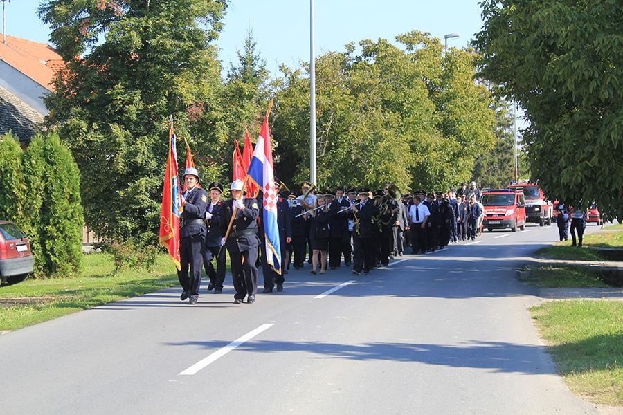 <p><strong>Dobrovoljno vatrogasno društvo Čepin proslavilo je 125. obljetnicu osnutka i rada</strong> 21. i 22. rujna. U subotu u 17h odrađena je <strong>javna vježba 'Uljara 2013'</strong> na kojoj je, osim pripadnika vatrogasne postrojbe DVD-a Čepin, sudjelovala i JPVP grada Osijeka a simulirao se požar u staroj zgradi rafinerije.</p>