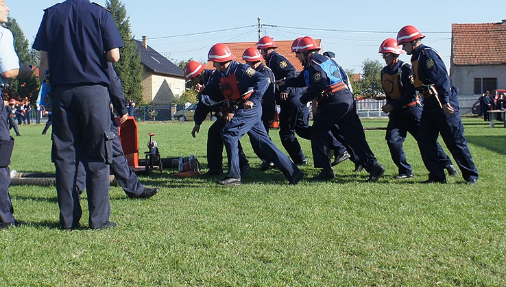 <p>Ovogodišnje područno vatrogasno natjecanje Vatrogasne zajednice Osijek održano je 15. i 16. rujna u Sarvašu, a domaćin je bila najmlađa članica Zajednice – DVD Sarvaš koji je osnovan 2011. godine. Ekipe djece i mladeži natjecale su se 15. rujna te je ekipa djece DVD-a Čepin osvojila 11. mjesto. 16. rujna natjecale su se ekipe seniora – klasa 'A' – od 16 do 30 godina, te klasa 'B' – natjecatelji stariji od 30 godina.<br /><br />Ekipa seniora A DVD-a Čepin osvojila je prvo mjesto i zlatnu medalju u konkurenciji 14 ekipa, a njihovi stariji kolege seniori B upotpunili su slavlje osvojivši prvo mjesto i zlatnu medalju u svojoj kategoriji u konkurenciji 8 ekipa. Veliki je to uspjeh natjecateljskih odjeljenja DVD-a Čepin i poticaj za nove uspjehe, a DVD Čepin će za iduću godinu pokušati okupiti i uvježbati i žensku 'A' ekipu (16 – 30 godina).<br /><br />Ekipa seniora A:<br />Zapovjednik: Josipa Keškić<br />Teklić: Tomislav Vidaković<br />Strojar: Andrija Keškić<br />Navalni 1: Tena Nađ<br />Navalni 2: Vedrana Ćaćić<br />Vodni 1: Saša Stojanović<br />Vodni 2: Robert Bednjanić<br />Cijevni 1: Antonio Vukelić<br />Cijevni 2: Tomislav Nađ<br /><br />Rezerve:<br />Ivan Driksler<br />Eva Jalovičar<br />Tomislav Jelić<br />Iva Keškić<br />Irena Župan<br /><br />Ekipa seniora B:<br />Zapovjednik: Mirko Bednjanić<br />Teklić: Stjepan Nađ st.<br />Strojar: Ivan Farkaš<br />Navalni 1: Antun Tomašević<br />Navalni 2: Ivan Babić<br />Vodni 1: Željko Kraus<br />Vodni 2: Kristijan Marjanović<br />Cijevni 1: Dario Nađ<br />Cijevni 2: Mijo Mak<br /><br />Rezerva:<br />Dražen Nađ<br /><br />Više fotografija i informacija možete vidjeti i na našoj Facebook stranici: www.facebook.com/DVD.Cepin ili web stranici: www.dvdcepin.hr<br /><br />— <br />Uz vatrogasni pozdrav<br />VATRU GASI – BRATA SPASI !<br /><br />Tajnik<br />Tomislav Nađ</p>