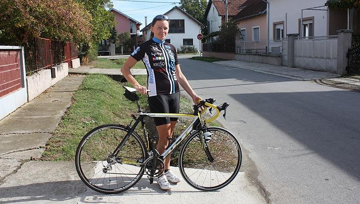 <p>Malo smo računali, promjer Zemljine kugle je trenutno 40 008 km. Ivana Matišić je u pet godina prevezla 55 900 km. Srećemo je često, svi, kad se vozimo na relacijama Čepin – Osijek. I ljeti i zimi, po suncu i kiši. Naša sumještanka članica je biciklističkog kluba Osijek 2010 i otprilike već 16 godina aktivno vozi bicikli i život joj je postao nezamisliv bez njega.