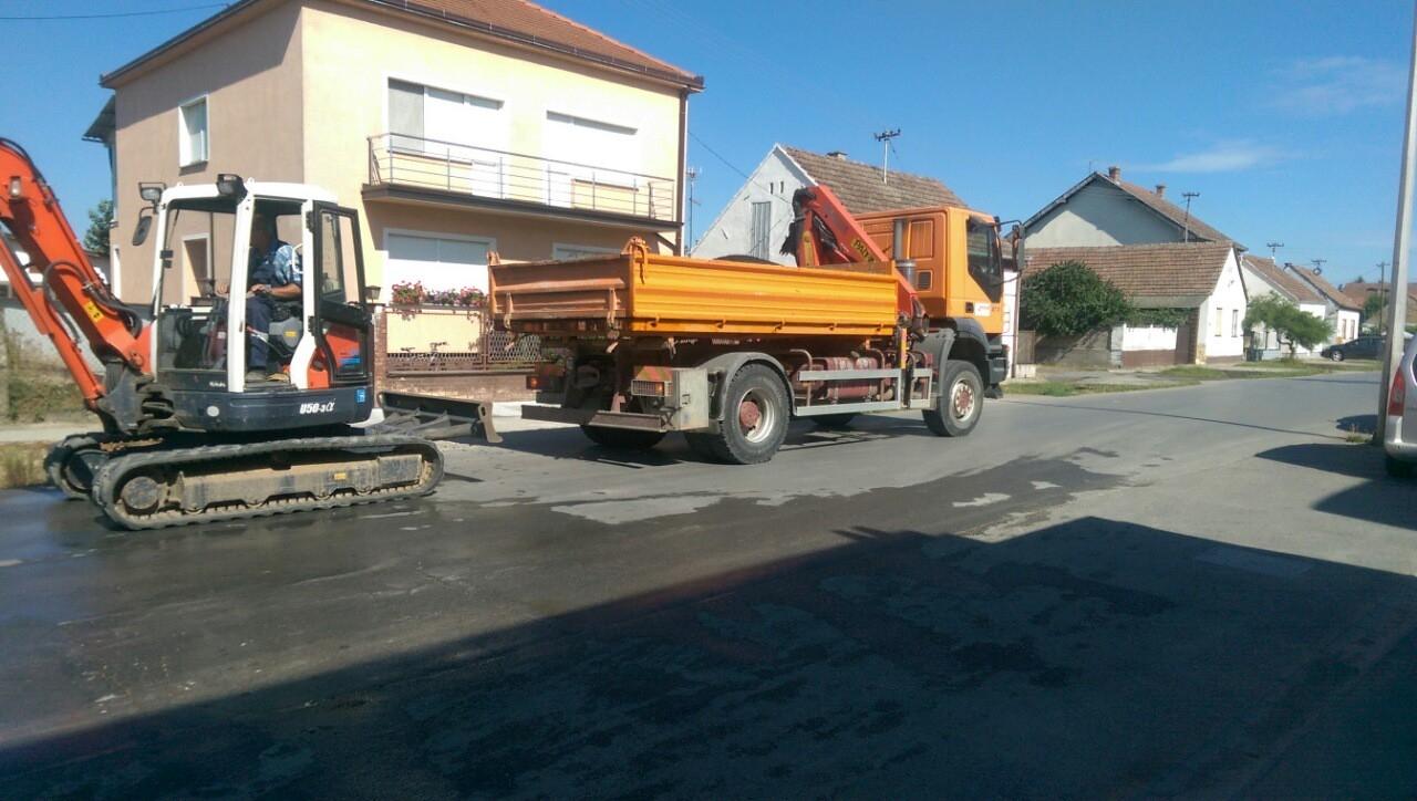 <p>Dana 14. srpnja započeli su veliki radovi na području općine Čepin. Zbog učestalog prometa, na lokalnim cestama nastala su oštećenja ali i rupe koje onemogućavaju sigurno sudjelovanje u prometu.</p>