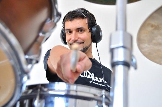 <p>U ponedjeljak 28.11.2016. u prostoru Centra za djecu i mlade Pozitivni i sretni, Kralja Zvonimira 89a, od 16-22 sata održati će se ciklus radionica za bubnjare i edukatore pod nazivom 'Slavonska bubnjarska klinika' koju će voditi Branko Popović, koji je uspješno diplomirao na Berklee College of Music u Bostonu USA, stipendist i dobitnik godišnje nagrade 'Zildjian' USA, utemeljitelj Bubnjarskog instituta….</p> <p>Bubnjar sa vrhunskim referencama će u tri nivoa radionice: 1. djeca i početnici,2.edukatori i 3. aktivni bubnjari. Nakon uspješne uvodne radionice održane u kolovozu ove godine, ponovo u Slavoniji.</p> <p>Zbog ograničenog broja mjesta obvezna prijava na: <a href='mailto:pozitivni.sretni@gmail.com'>pozitivni.sretni@gmail.com</a>.</p>
