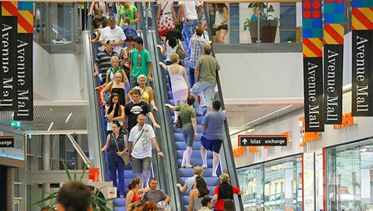 <p>Avenue Mall Osijek u subotu, 22. rujnaponovno postaje centralna regionalna destinacija za noćni shopping i zabavu od petka, 21. rujna do nedjelje, 23. rujna! Uz velika sniženja do čak 50%, svi kupci imat će priliku osvojiti i shopping džeparac do 5.000 kuna, a zabava je svakako zagarantirana uz veliki besplatni koncert Željka Samardžića na otvorenom.</p>