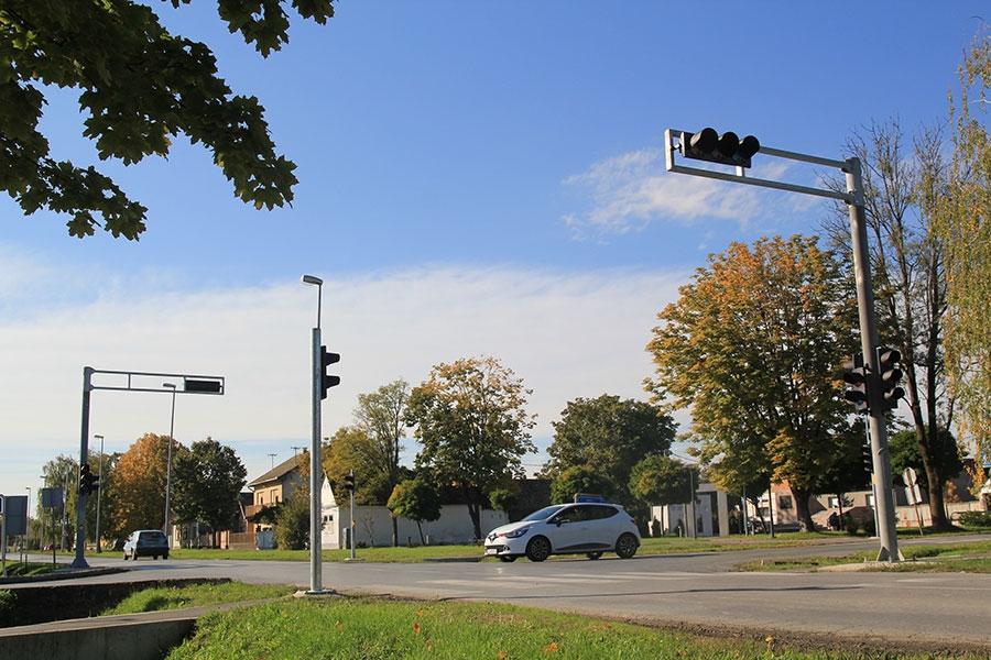 <p>U središtu Čepina, na križanju ulica Kralja Zvonimira, Grada Vukovara i B. J. Jelačića postavljeni su dugo očekivani semafori, koji će povećati sigurnost prometa, posebice sigurnost djece, kako bi se riješila kritična prometna točka.</p>