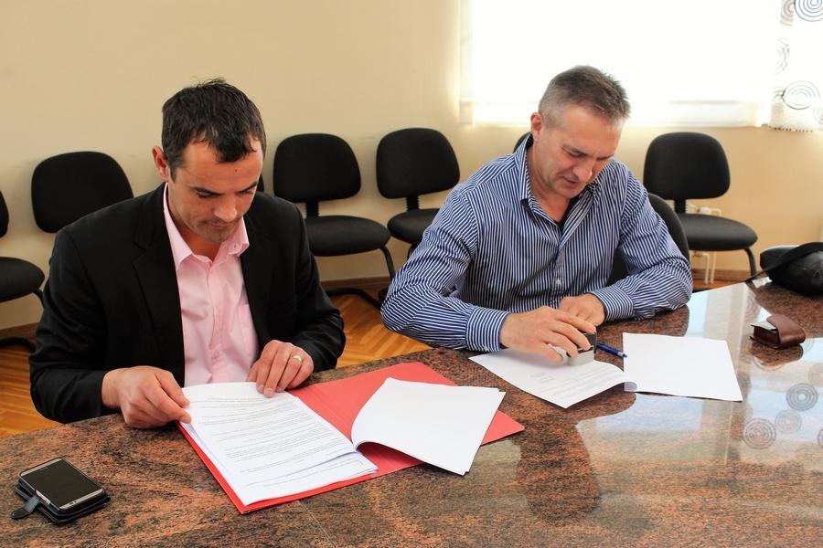 <p>Potpisan je ugovor za izvođenje radova na izgradnji biciklističke staze kroz Livanu i dio Čepina (od benzinske do Općine Čepin). Vrijednost radova je 2.395.813,89 kuna (iznos s PDV-om). Izvođač radova vuka d.d. a rok izvođenja radova je 60 dana. Po završetku središte Čepina biti će povezano s Osijekom.</p>
