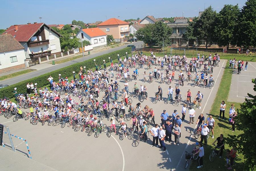 """<p>Povodom Dana škole Miroslava Krleže a u sklopu projekta 'Sigurnost učenika u prometu """"Biciklom od škole do škole"""", organizirana je i vožnja biciklima (biciklijada) za učenike, roditelje, učitelje i mještane koji su se željeli uključiti u ovu akciju, te natjecanje učenika 6. i 7. razreda u spretnosti vožnje bicikla.</p>"""