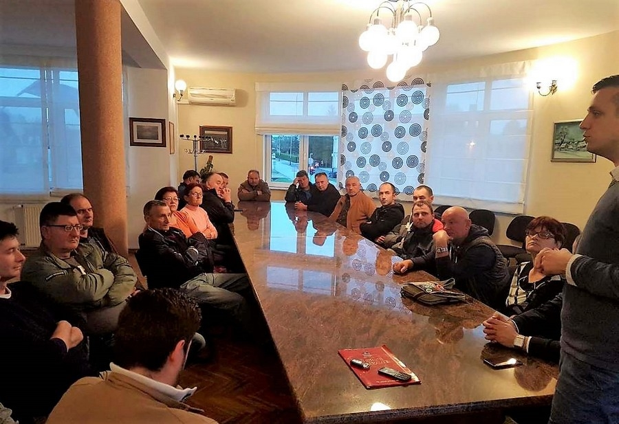 <p>Velika vijećnica Općine Čepin večeras je bila mjestom održavanja zajedničkog sastanka vodećih ljudi HDSSB-a i HSP-a u Općini Čepin, kojima su se pridružili predsjednik HDSSB-a Dragan Vulin i potpredsjednik HDSSB-a Karlo Šatvar, te glavni tajnik HDSSB-a Davor Boras.</p>