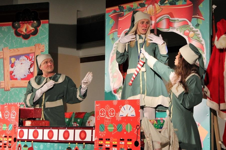 <p>I ove godine vrijedne žene 'Hrvatskog srca' HSS Čepin organizirale su proslavu povodom proslave blagdana sv. Nikole. Djecu su darivale poklonima i kazališnom predstavom<strong>'Tvornica božićnih čuda'</strong> u izvedbi gradskog kazališta 'Joza Ivakić' iz Vinkovaca a koja je bila odlična. Vesela i ozarena dječija lica nakon kazališne predstave i podjele paketića su najveća zahvala vrijednim ženama za njihov rad.</p>