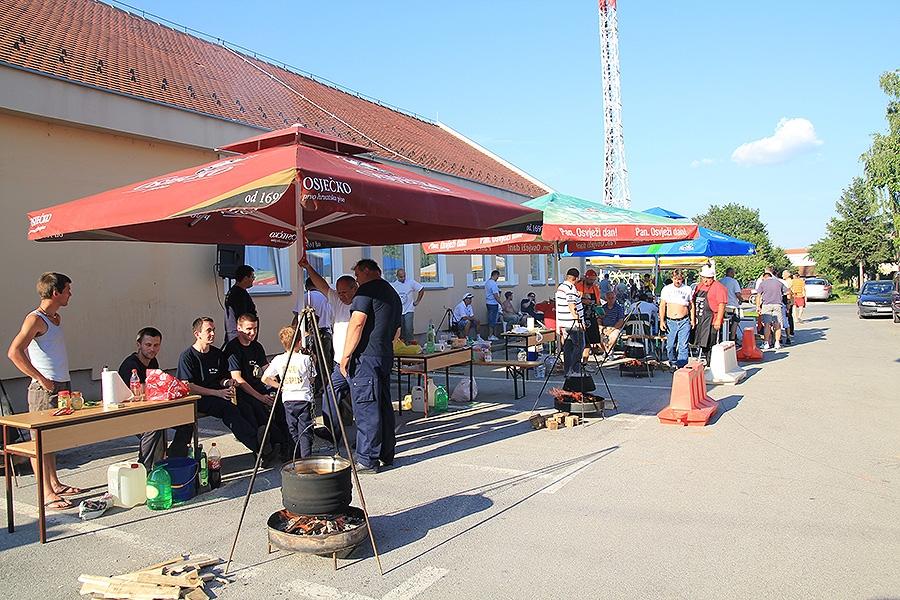 <p>15. lipnja je u Čepinu održano <strong>1. Županijsko natjecanje u kuhanju Čobanca</strong> kojeg je organizirala<strong> Udruga oženjenih muškaraca iz Čepina.</strong> Ovo natjecanje, prvo na ovakvoj županijskoj razini je održano s namjerom da postane tradicionalno i da zadrži tradiciju kuhanja pravog slavonskog čobanca.</p>