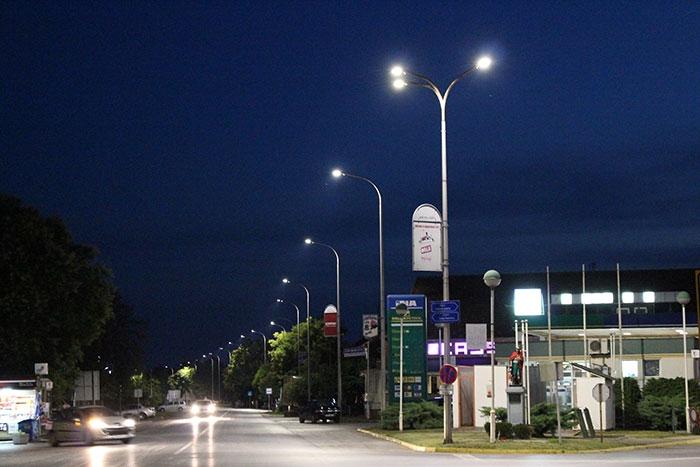 <p>Kao što ste mogli i primjetiti, na području Čepina završena je zamjena žarulja. Milijunski je to projekt gdje je Općina Čepin (250.000,00 kn), uz sufinanciranje Ministarstva gospodarstva (200.00,00 kn) i Fonda za zaštitu okoliša (550.000,00 kn) skupila dovoljno financijskih sredstava za prelazak na eko LED rasvjetu.</p>